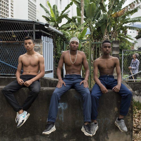 Trois jeunes posent après une séance de musculation dans le quartier du chaudron. Saint-Denis, La Réunion.