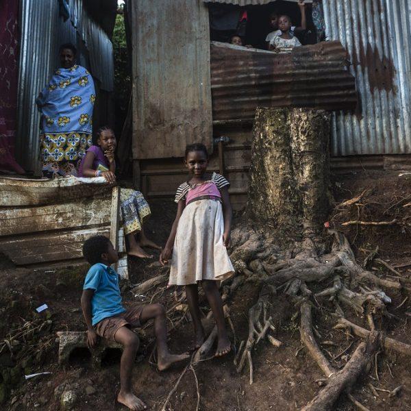 3 avril 2018, quartier dans les hauteurs de Mamoudzou. Famille d'origine comorienne qui vit sur les hauteurs de Mamoudzou dans un quartier composé que de case en tole. Les parents ont des titres de séjours et papiers, et les enfants sont français car nés à Mayotte. Toute la famille vit ici depuis quelques années déjà. Leur contexte de vie est précaire, l'électricité et l'eau quand il y en a. Le travail aussi est difficile à trouver, seule satisfaction pour les parents que leur enfants puissent aller à l'école et apprendre le français.